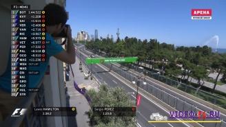Болиды на гран при Баку едут навстречу друг другу по параллельным дорогам